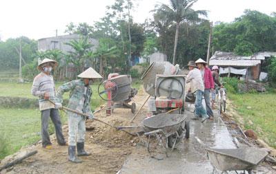 Chú trọng đầu tư hệ thống giao thông nông thôn đã giúp người dân Tiên Phước phát triển kinh tế, nâng cao đời sống.Ảnh: D.LỆ