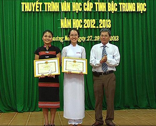 Giám đốc Sở GDĐT Nguyễn Tấn Thắng trao giải Nhất cho các thí sinh.Ảnh: NAM ĐÔNG