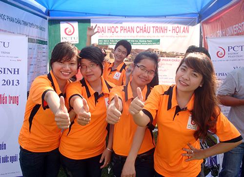 Sinh viên trường Đại học Phan Châu Trinh tham gia mùa tư vấn tuyển sinh 2013 do Báo Thanh niên tổ chức. Ảnh: UYÊN NGUYÊN