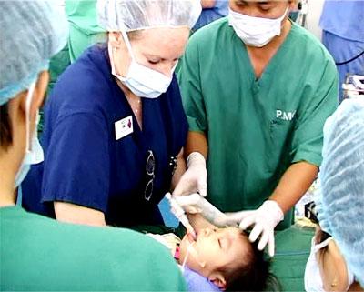 Các y, bác sỹ thực hiện phẫu thuật.