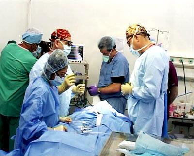 Giáo sư Jerry K.Popham(bên trái) trực tiếp than gia phẫu thuật. Ảnh: Châu Nguyễn