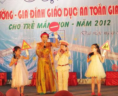 Sân khấu hóa tuyên truyền pháp luật về trật tự ATGT do ngành GD-ĐT Đại Lộc tổ chức.