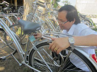 Trường THPT Sào Nam gắn biển số vào xe đạp học sinh để tiện quản lý.                      Ảnh:  C.TÚ