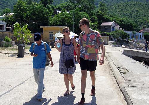 Cần sớm đưa điện ra Cù Lao Chàm để phát triển du lịch. Trong ảnh: Du khách tham quan Cù Lao Chàm. Ảnh: M.ĐỨC