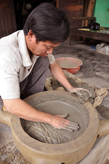 Making mould is the first step of the bronze casting process.