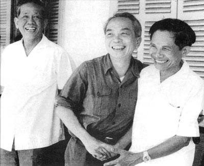 Tổng Bí thư Lê Duẩn, Đại tướng Võ Nguyên Giáp và Bí thư Tỉnh ủy Quảng Nam - Đà Nẵng Hồ Nghinh trong ngày vui đại thắng mùa xuân 1975 (ảnh tư liệu).