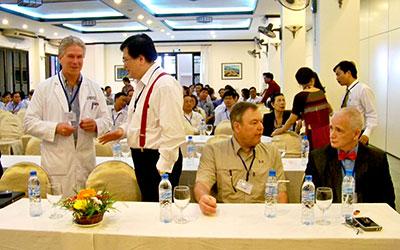 Giáo sư Jerry Popham (Hoa Kỳ, trái) và tiến sỹ Sean Nguan (Malaysia) trao đổi kinh nghiệm với đại biểu.