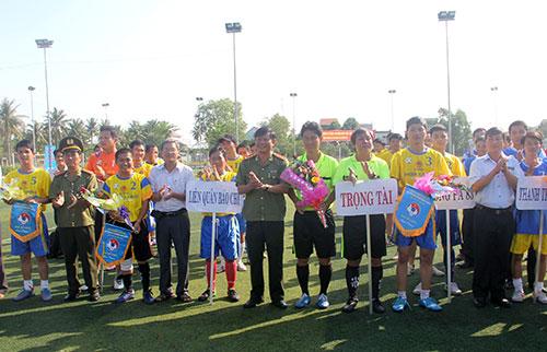 Ban tổ chức trao cờ, hoa lưu niệm cho các đội tham gia giải.