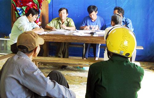 Đại diện Ban nhân dân thôn 4, xã Tam Lộc trao lại số tiền thu bất hợp pháp của ông Nguyễn Minh Đức cho người dân tại Nhà văn hóa thôn 4, xã Tam Lộc. Ảnh: H.P