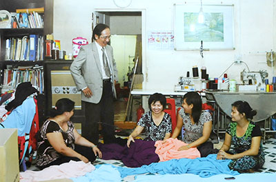 Mr. Tran Minh Hung instructions employees choose fabic.