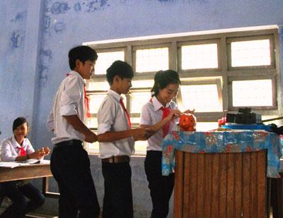 Các em học sinh góp tiền đều đặn vào những ngày đầu tuần. Ảnh: V.H