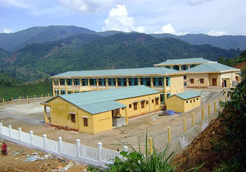 Điểm trường cũ tạm bợ và trường Phổ thông Cơ sở Trà Nam vừa hoàn thành.Ảnh: HOÀNG THỌ