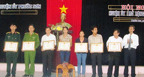 Huyện ủy Phước Sơn tuyên dương các điển hình tiêu biểu về học và làm theo gương Bác.Ảnh: NGUYÊN ĐOAN
