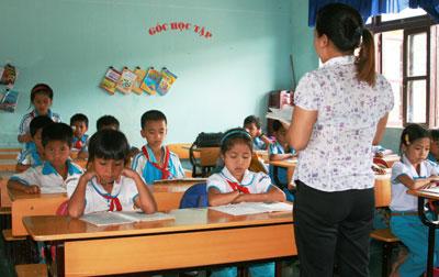 Thầy và trò trường Tiểu học xã Lăng vượt khó, nâng cao chất lượng dạy - học, đạt các tiêu chí trường chuẩn.Ảnh: HỮU PHÚC
