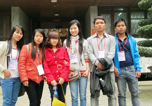 Zơrâm Duy (thứ 2 từ phải sang) cùng các sinh viên tham gia hoạt động ngoại khóa.  Ảnh: Do nhân vật cung cấp