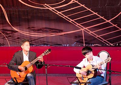 Tiết mục song tấu của Đình Duy – Hoàng Minh (Thăng Bình), hai bạn trẻ đang là học sinh PTTH . Ảnh: Doãn Hoàng