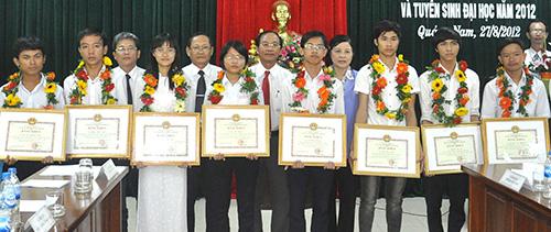 Thủ khoa đại học và thí sinh đạt điểm cao trong kỳ tuyển sinh năm 2012 được UBND tỉnh khen thưởng.Ảnh: X.PHÚ