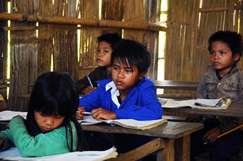 Em Lờn (thứ 2 từ phải qua) vẫn cố gắng tiếp tục nuôi ước mơ trở thành giáo viên vùng cao.