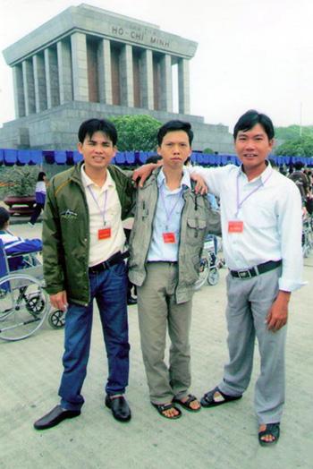 Từ trái sang: Ba chàng trai Thanh Kim, Mai Huy và Văn Định chụp ảnh lưu niệm trước lăng Bác. Ảnh: H.A