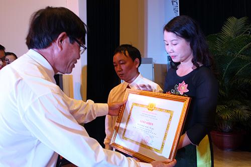 Đồng chí Đặng Quốc Doanh, Phó Bí thư Đảng Ủy Văn phòng Tỉnh ủy, Phó Văn phòng Tỉnh ủy, tặng giấy khen cho các tập thể, cá nhân có thành tích xuất sắc trong học tập và làm theo tấm gương đạo đức Hồ Chí Minh.