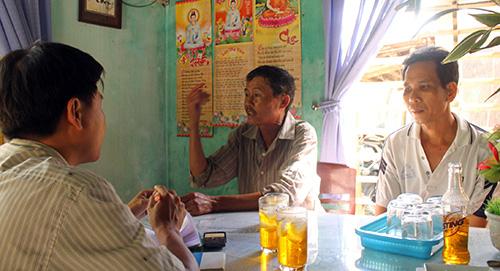 Ông Võ Tấn Đông ở tổ 11, thị trấn Hà Lam, huyện Thăng Bình (bên trái) kể lại việc các đối tượng đánh ông Đỗ Văn Hoa. Ảnh: T.T