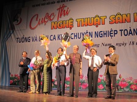 Phó chủ tịch UBND tỉnh Trần Minh Cả tặng hoa cho đại diện Ban tổ chức, Ban Giám khảo cuộc thi