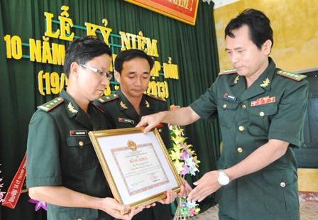 Lãnh đạo Bộ Chỉ huy Bộ đội biên phòng tỉnh tặng bằng khen của UBND tỉnh cho đồn Ga Ry