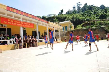 Giao lưu bóng chuyền với thanh niên vùng biên