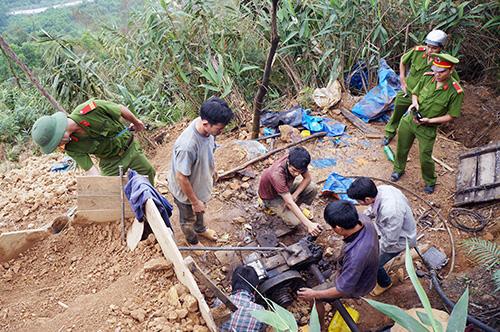 Công an huyện Phú Ninh truy quét đối tượng khai thác vàng trái phép tại Bồng Miêu, Tam Lãnh.Ảnh: N.DƯƠNG