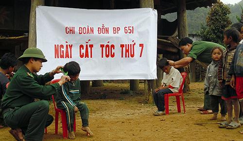 Cán bộ, chiến sĩ Đồn Biên phòng 651 Ga Ry tổ chức cắt tóc cho trẻ em, mang quà tặng đến tận thôn bản vùng biên.