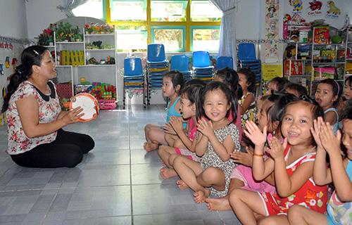 Dù dạy mầm non nhưng cô giáo Võ Thị Bát (trường Mầm non Ái Nghĩa) vẫn đăng ký học thêm và nay đã tốt nghiệp đại học.Ảnh: X.PHÚ