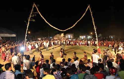 """Đêm hội """"Âm vang cồng chiêng"""" được tổ chức thành công năm 2012 sẽ hứa hẹn một chương trình vănghệ độc đáo và đầy màu sắc phục vụ festival. Ảnh:  V.A"""