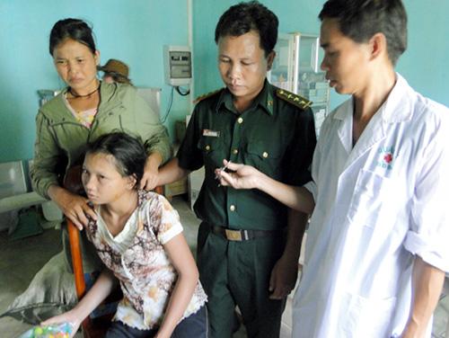 Em Pơ Long Thị Than đang được các bác sỹ quân y Biên phòng gắp con vắt đầu tiên dài 7 cm ra khỏi hốc mủi.