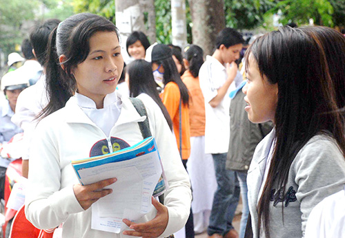 Thí sinh trao đổi với nhau sau khi làm bài thi, kỳ thi tốt nghiệp THPT năm 2012.Ảnh: X.PHÚ