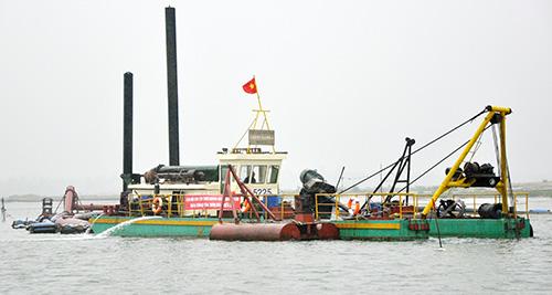 Phương tiện nạo vét tại cảng Kỳ Hà. Ảnh: H.PHÚC