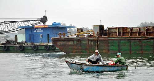 Việc nạo vét luồng lạch vào cảng Kỳ Hà luôn gặp khó khăn do người dân liên tục cản trở. Ảnh: H.PHÚC