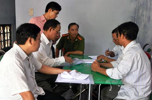Tổ kiểm tra lập biên bản kiểm tra hiện trạng nhà cửa với hộ dân sống dọc ven sông Trường Giang.