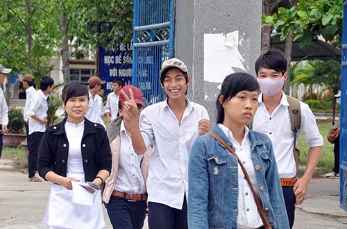 Các TS tại HĐT trường THPT Nguyễn Văn Cừ (Quế Sơn) rất phấn khởi vì làm được bài.