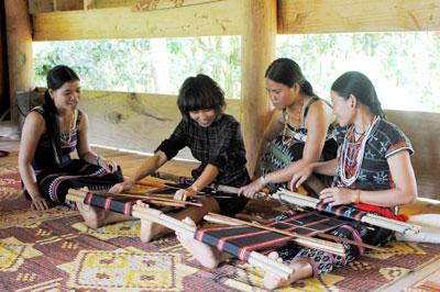 Hướng dẫn khách các công đoạn dệt vải.
