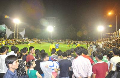 Bóng đá Larue thu hút khá đông khán giả dự xem. Ảnh:A.S
