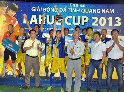 Niềm vui của các cầu thủ Việt Nam Airlines Chu Lai sau khi đoạt chức vô địch.