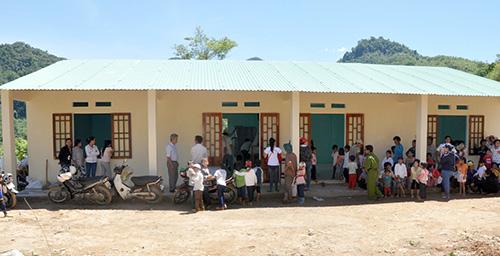 Phòng học cũ và cơ sở mới khang trang, kiên cố của điểm trường Nước Ui.Ảnh: VĂN HÀO