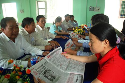 Đọc báo, sinh hoạt đầu ngày làm việc ở Đảng ủy xã Quế Bình, huyện Hiệp Đức.Ảnh: ĐOÀN ĐẠO