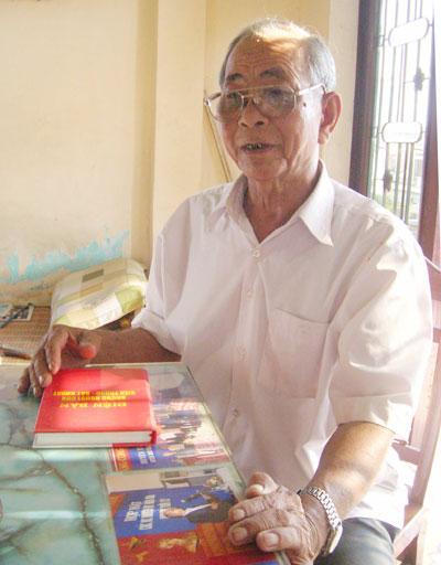 Ông Nguyễn Hồng Thắng kể lại những câu chuyện một thời lửa đạn. Ảnh: LÊ VŨ