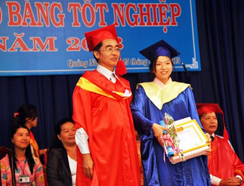 Nhà trường trao bằng tốt nghiệp cho sinh viên.