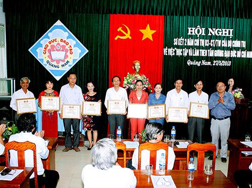 """Khen thưởng các nhà giáo tiêu biểu trong """"Học tập và làm theo tấm gương đạo đức Hồ Chí Minh"""".Ảnh: X.PHÚ"""