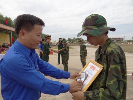Các đồng chí lãnh đạo trao giấy chứng nhận hoàn thành khóa huấn luyện cho các học viên.