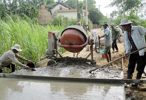 Nhiều xã đang khẩn trương thi công GTNT nước rút, phấn đấu hoàn thành trong tháng 7.Ảnh: CÔNG TÚ