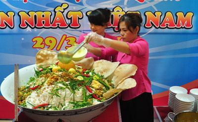 Trình diễn tô mỳ Quảng lớn nhất Việt Nam. Ảnh: Internet