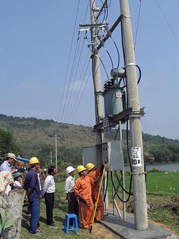 Công trình cấp điện cho xã Đăc Pre (Nam Giang) do Công ty Tân Bình thi công vừa nghiệm thu. Ảnh: T.L